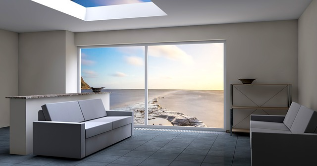 křesla, velké okno, výhled na moře