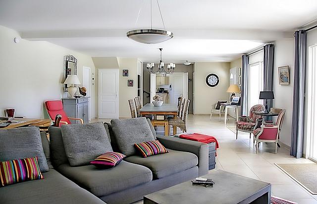 velký obývák, jídelna, barevné polštáře