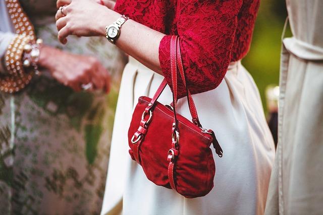žena, červenobílé šaty, červená kabelka