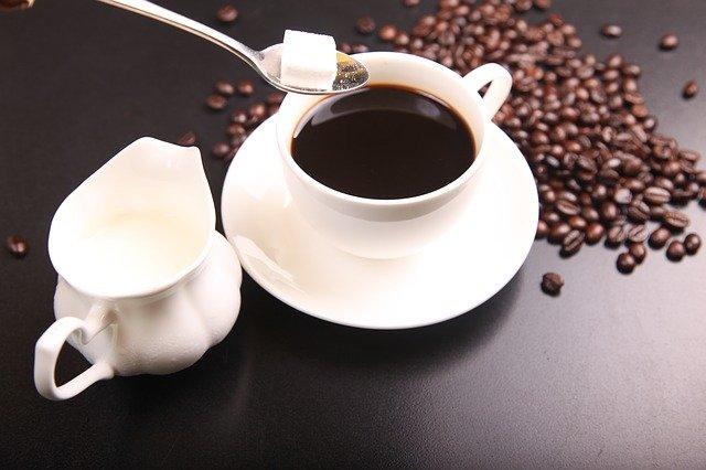 káva s cukrem