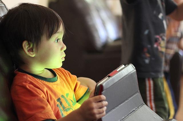 chlapeček s tabletem