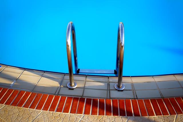 schůdky bazénu